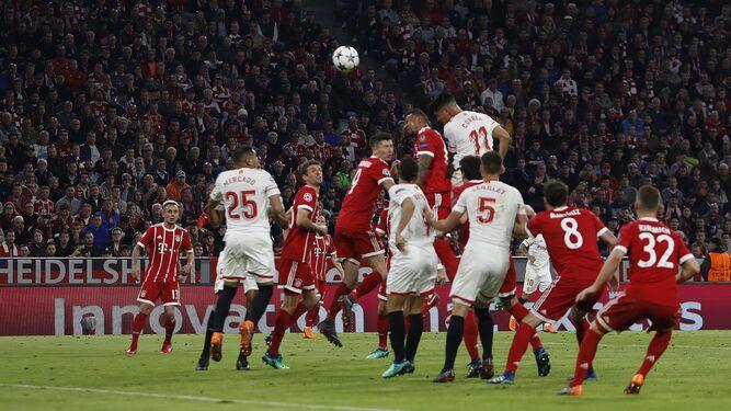 Correa se eleva por encima de Boateng para rematar de cabeza el balón que se estrelló en el travesaño de la portería del Bayern.