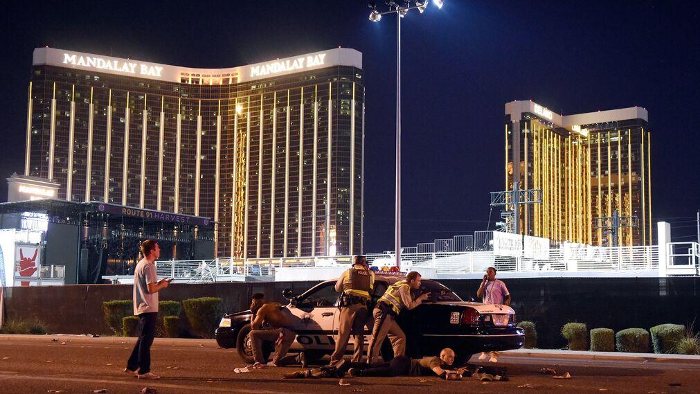 Foto de David Becker, ganador del primer premio de la categoría 'Spot News - Stories'. La foto muestra a miembros de la policía de Las Vegas (EEUU) a las afueras de un concierto luego de que un hombre armado abriera fuego a los asistentes del Festival de Música Country Ruta 91, el 1 de octubre de 2017.