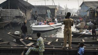 Ganadora de la categoría 'Contemporary Issues - Singles', por  Jesco Denzel.  La foto muestra un bote con turistas de Lagos Marina, dirigido a través de los canales de la comunidad de Makoko, un antiguo pueblo de pescadores que se ha convertido en un enorme asentamiento informal a orillas de Lagos Lagoon, Lagos, Nigeria, el 24 de febrero de 2017