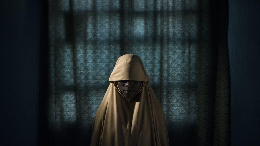 Ganadora del primer premio de la categoría 'Personas - Historias'. La foto muestra a Aisha, de 14 años, posando en un retrato en Maiduguri, estado de Borno, Nigeria, el 21 de septiembre de 2017. Aisha fue secuestrada por Boko Haram y luego se le asignó una misión suicida. Después de que fue atada con explosivos, ella encontró ayuda y no completó su tarea. Firma la imagen  Adam Ferguson.