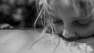 Imagen captada por la fotógrafa Carla Kogelman, ganadora del primer premio de la categoría 'Long-Term Projects'. La foto muestra el ombligo de Hannah y Sonja en el pueblo de Merkenbrechts, Austria, el 8 de agosto de 2013. Hannah y Alena son dos hermanas que viven en Merkenbrechts, un pueblo bioenergético de unos 170 habitantes en Waldviertel, una zona rural aislada de Austria, cerca de la frontera checa. Las niñas tienen dos hermanos mayores, pero pasan la mayor parte de su tiempo juntas en una vida despreocupada, nadando, jugando al aire libre y absortos en los juegos de la casa. Una aldea de bioenergía es la que produce la mayor parte de sus propias necesidades de energía a partir de la biomasa local y otras fuentes renovables.