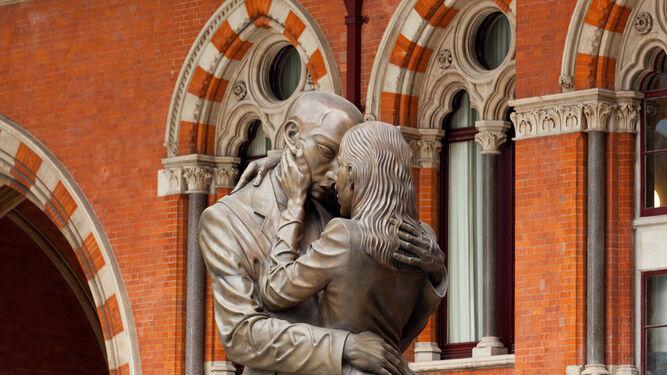 1. 'The Lovers', en la estación de ferrocarril de Saint Pancras (Londres). 2. 'Unconditional Surrender', en el embarcadero de San Diego (California). 3. 'Man and Woman', en Batumi (Georgia). 4. 'Romeo y Julieta', en Central Park (Nueva York). 5. 'El Beso', en el Parque del Amor de Lima (Perú). 6. 'Petó de la Mort', en el cementerio de Poblenou (Barcelona).