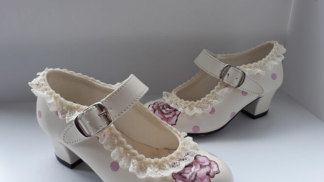 1. La diseñadora Reyes Martín muestra su colección de calzado flamenco. 2. Tacón amarillo con detalle de un capote, borlas y lazo en la parte trasera. 3. Cuñas de esparto con detalles florales.
