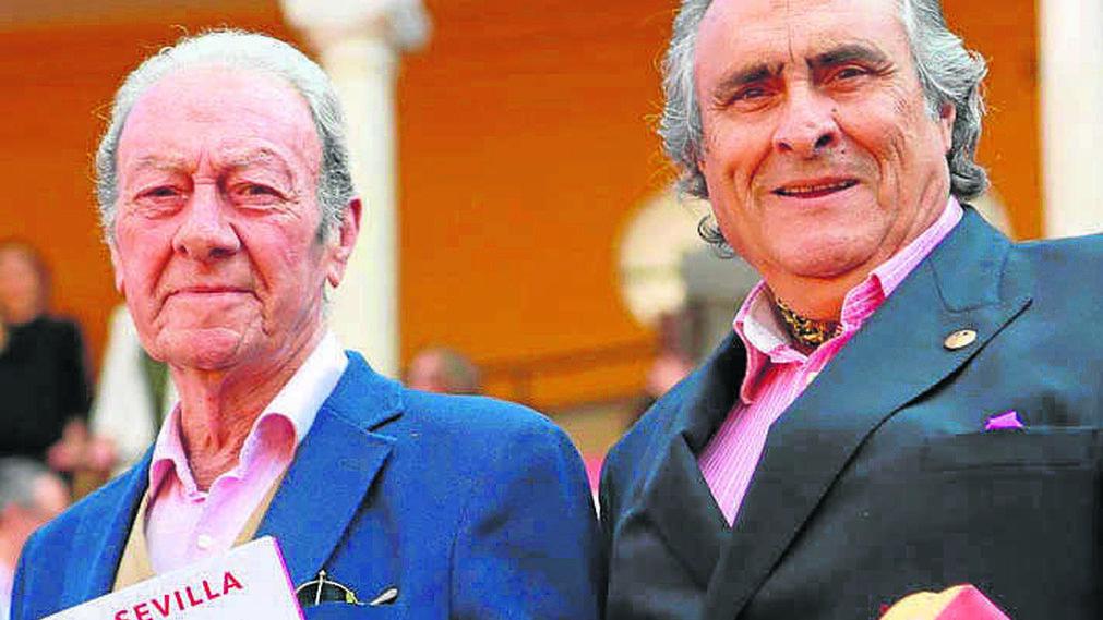 Julio Domínguez y el cantaor José de la Tomasa.