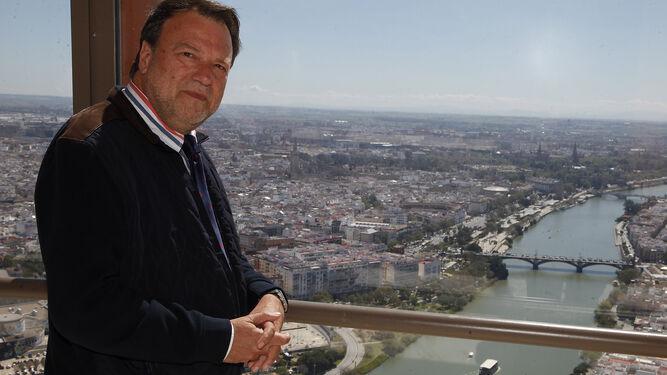 """Alfredo Sánchez Monteseirín, ayer en el piso 37 de la Torre Sevilla, de la que se considera """"partero""""."""