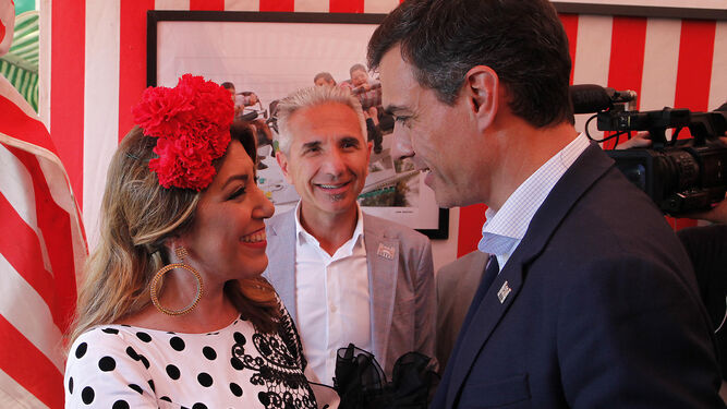 Susana Díaz mira a Pedro Sánchez, ante la mirada de Miguel Ángel Vázquez