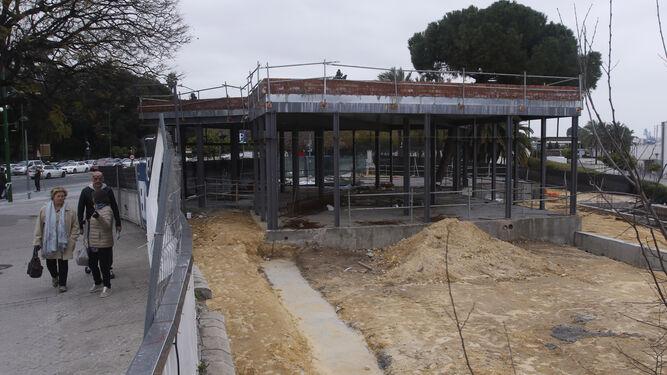 Vista de las obras, paralizadas por la Gerencia de Urbanismo el pasado mes de marzo, desde el inicio del Puente de los Remedios. / JOSÉ ÁNGEL GARCÍA