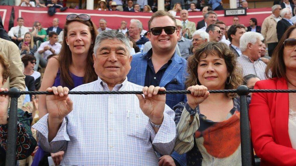 Rosana González, la Directora del taurino Hotel Gran Meliá Colón, acompañada de sus padres y Charo de Arenas.