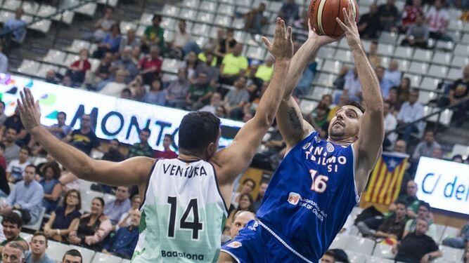 Gacesa trata de lanzar defendido por Ventura, en su duelo de previa de FIBA Champions ante el Joventut.