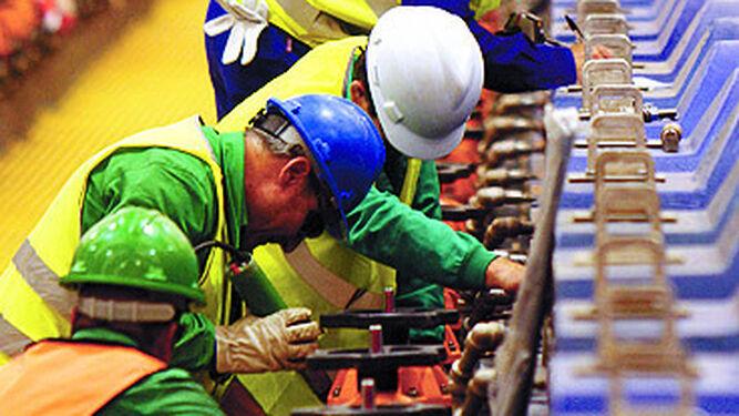 Trabajadores en la planta de Cobre las Cruces.