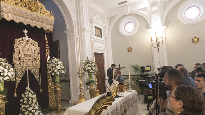 Bajo un dosel fue presentado ayer el Simpecado de Triana tras su restauración.