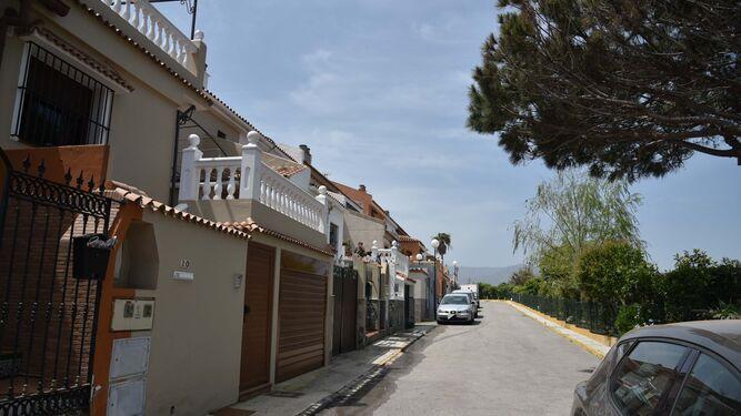 La calle Plutón de Algeciras, donde se produjo el asalto a una vivienda por parte de cuatro personas en busca de una guardería de droga.