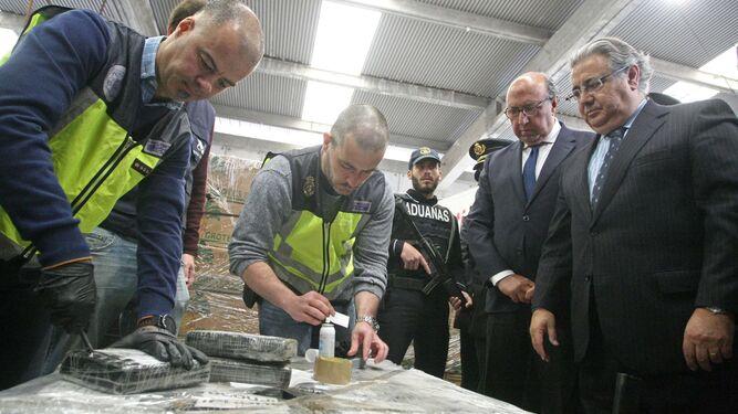 Zoido, ayer en Algeciras mientras los agentes inspeccionan la droga.