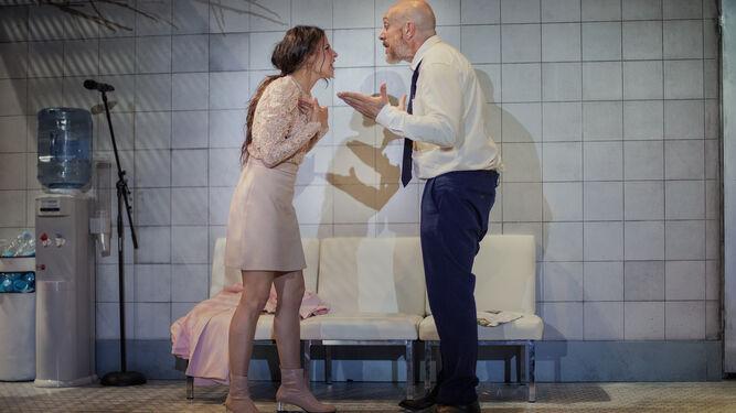 Ray y Una (Irene Escolar y José Luis Torrijo) en pleno enfrentamiento verbal, en el degradado espacio propuesto por la escenógrafa e la obra, Mónica Boromello.