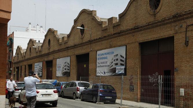 La fachada fue diseñada por Aníbal González con un regionalismo muy depurado que apunta ya al racionalismo.
