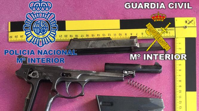 A la izquierda, armas de fuego incautadas a los narcos. A la derecha, los dispositivos electrónicos aprehendidos.
