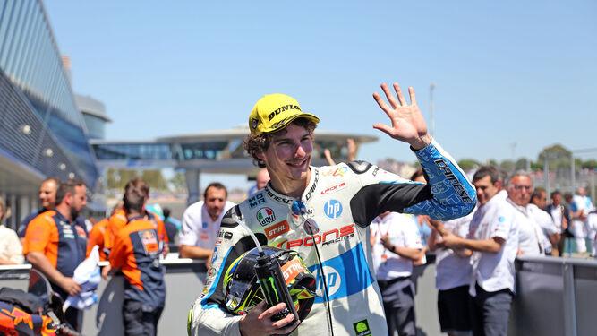 Lorenzo Baldassarri saluda a la grada de Tribuna tras ganar en Moto2.