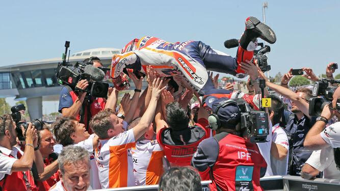 El equipo de Marc Márquez mantea al piloto del Honda Repsol celebrando la victoria en Jerez.