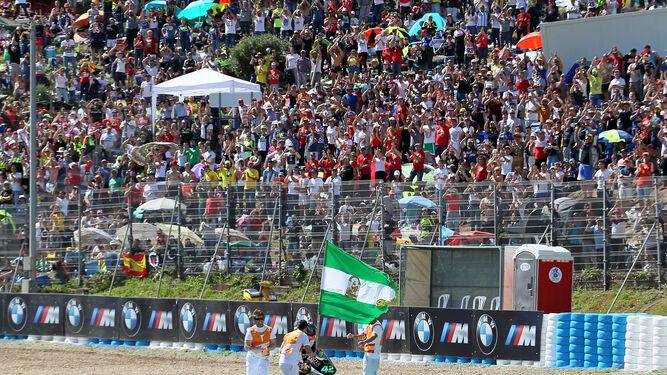 Marcos Ramírez sacó la bandera de Andalucía para celebrar su cuarto puesto que posteriormente fue tercero y que le hizo subir al podio.