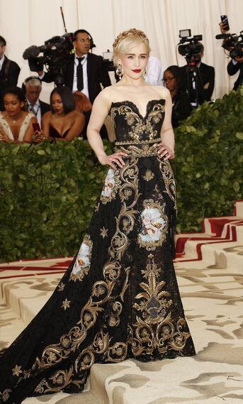 GALA MET 2018. Emilia Clarke de Dolce&Gabbana