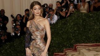 GALA MET 2018. Gigi Hadid de Versace.