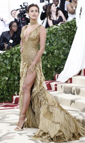 GALA MET 2018. Irina Shayk de Versace.