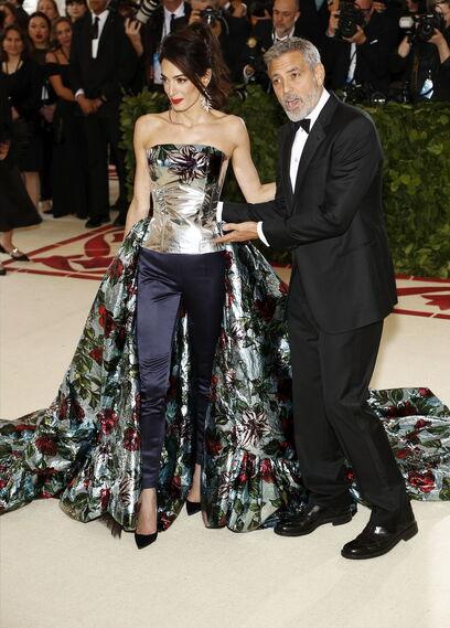 GALA MET 2018. Amal de Richard Quinn, con su marido George Clooney.