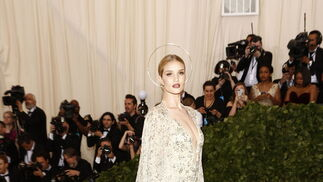 GALA MET 2018. Rosie Huntington-Whiteley de Ralph Lauren.