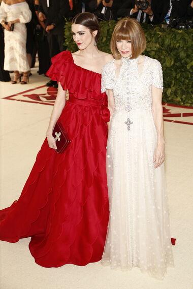 GALA MET 2018. Anna Wintour de Chanel y su hija,  Bee Saffer de Valentino.