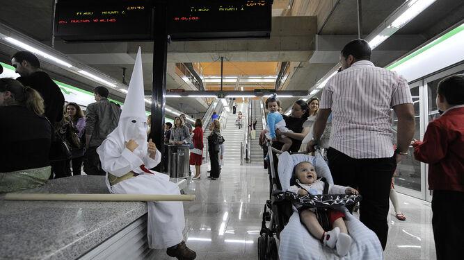Un nazareno en el Metro.