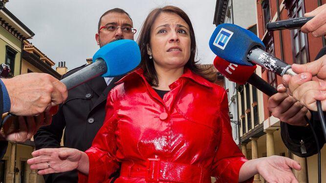 El candidato Quim Torra saluda al líder del PPC, Xavier Garcia Albiol, tras la primera sesión del debate de investidura el sábado en el Parlamento catalán.