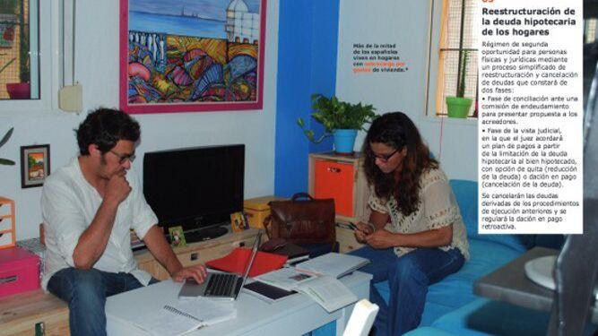 Podemos lanzó un programa electoral simulando un catálogo de Ikea. Ahí aparecían dirigentes de la formación en actividades rutinarias. En la imagen, el alcalde y Teresa Rodríguez en su vivienda de Cádiz.