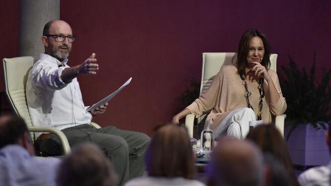 La autora, con Francisco Correal, en la Fundación Cajasol.