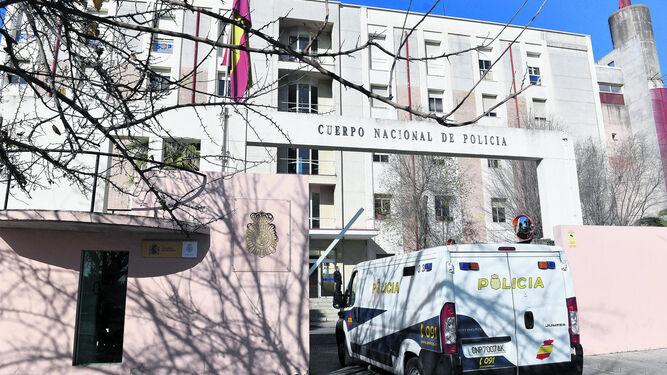 La entrada al cuartel de la Policía Nacional en la avenida de Blas Infante.