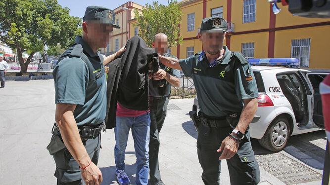 El ex papa palmariano es conducido a los juzgados por la Guardia Civil.
