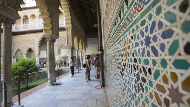 Patrimonio hist rico azulejos del alc zar afectados por for Patio de los azulejos