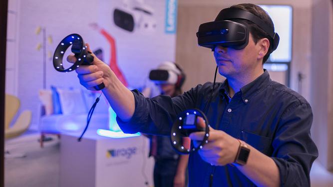 92d609c614 Un usuario utilizando un dispositivo de realidad virtual.