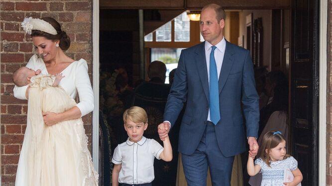 042f6702b5 La familia de los Duques de Cambridge en la capilla real de St. James.