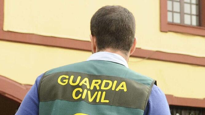 Un guardia civil en el transcurso de una operación.