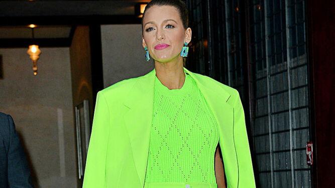 La actriz Blake Lively con un Versace verde neón. fb1c048227232