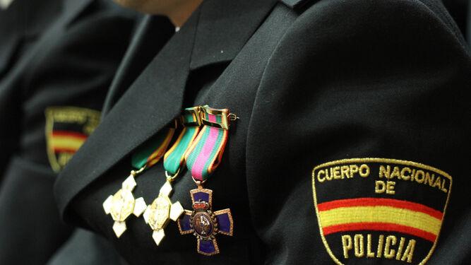 Condecoraciones en el pecho de un agente, en uno de los últimos días del Patrón.