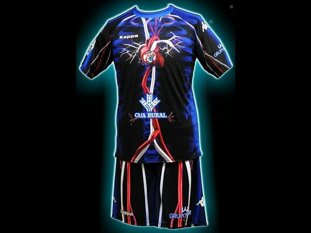 La extraña y anatómica tercera camiseta del Zamora CF 70c48af12a4ad