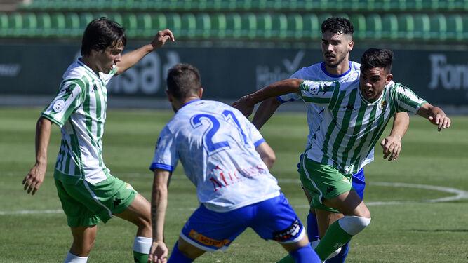 f62d13e28 Imagen del partido entre el Betis Deportivo y Los Barrios en la que Rodri  controla la pelota.