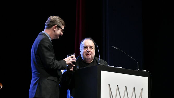 El productor Robert Townson entrega el Lifetime Achievement Award a Philippe Sarde.
