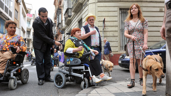 Un grupo de personas con movilidad reducida durante una protesta reciente por los obstáculos existentes en la ciudad.