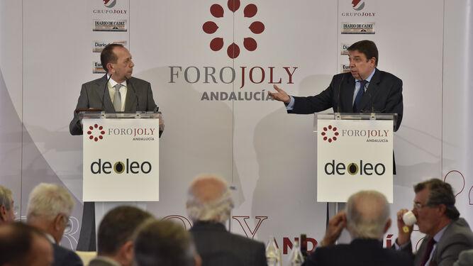 Luis Planas, ministro de Agricultura, Pesca y Alimentación, durante el coloquio con José Antonio Carrizosa, director de 'Diario de Sevilla'.