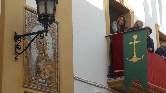 Susana Díaz sigue la procesión desde un balcón.