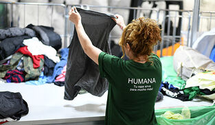 Voluntaria de Humana recicla ropa.