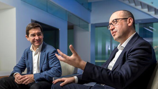 Carlos Torres, a la izquierda, y Onur Genç.