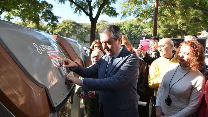 d3009a7ebb69c Espadas utiliza una tarjeta para abrir uno de los contenedores instalados  en Sevilla Este.